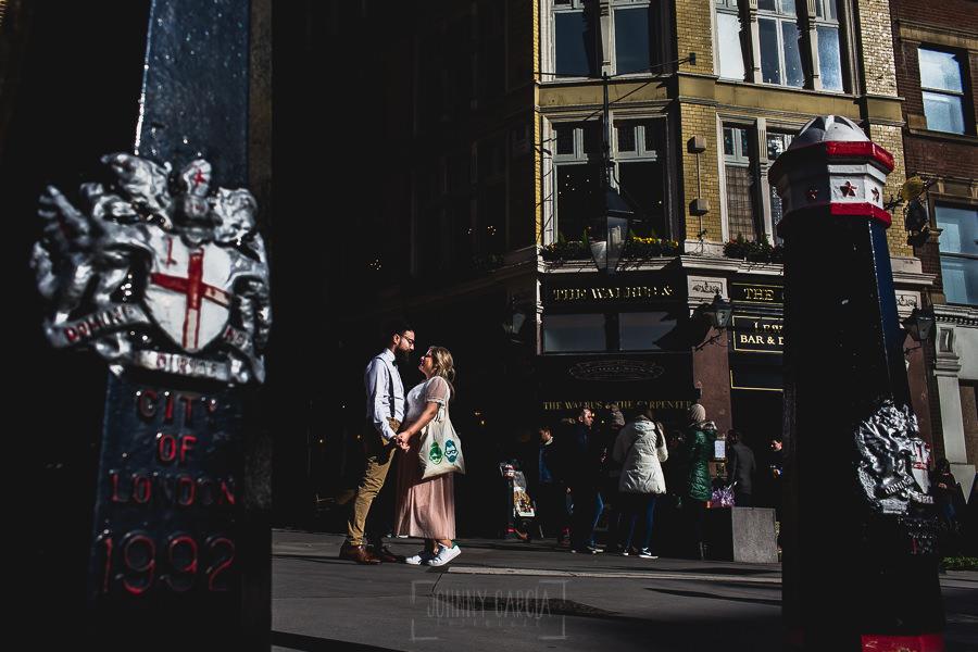 Post boda en Londres de Ani y Hécter realizadas por Johnny García, fotógrafo de bodas en Londres; los novios se miran en una calle de Londres.