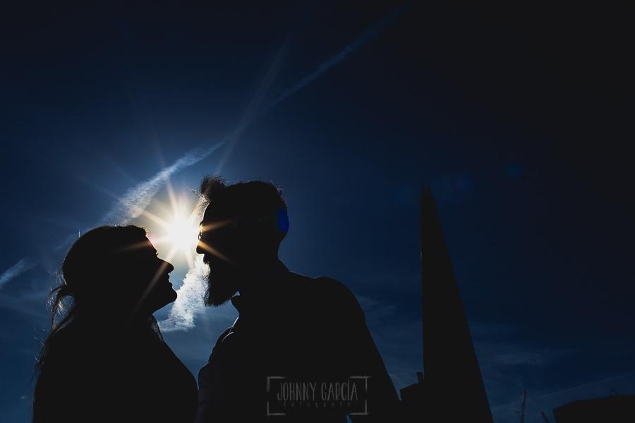 Post boda en Londres de Ani y Hécter realizadas por Johnny García, fotógrafo de bodas en Londres; siluetas de los novios con un cielo azul.