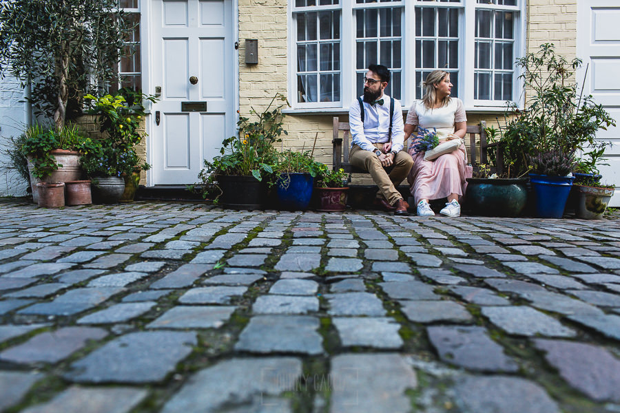 Post boda en Londres de Ani y Hécter realizadas por Johnny García, fotógrafo de bodas en Londres; la pareja sentada delante de una casa típica londinense.