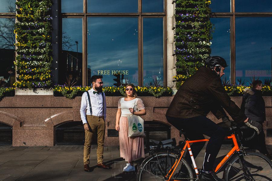 Post boda en Londres de Ani y Hécter realizadas por Johnny García, fotógrafo de bodas en Londres; Ani y Hécter delante de un restaurante típico de Londres.