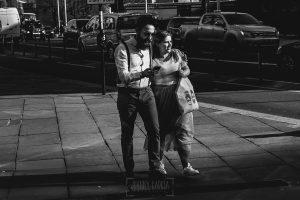 Post boda en Londres de Ani y Hécter realizadas por Johnny García, fotógrafo de bodas en Londres; Hécter abraza a Ani mientras pasean.