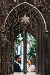 Post boda en Londres de Ani y Hécter realizadas por Johnny García, fotógrafo de bodas en Londres; la pareja detrás de una ventana de la iglesia.