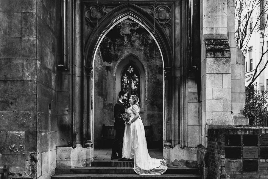 Post boda en Londres de Ani y Hécter realizadas por Johnny García, fotógrafo de bodas en Londres; en la portada de una iglesia abandonada.