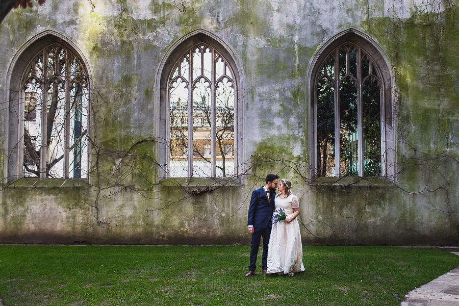 Post boda en Londres de Ani y Hécter realizadas por Johnny García, fotógrafo de bodas en Londres; la pareja en el interior de la iglesia.