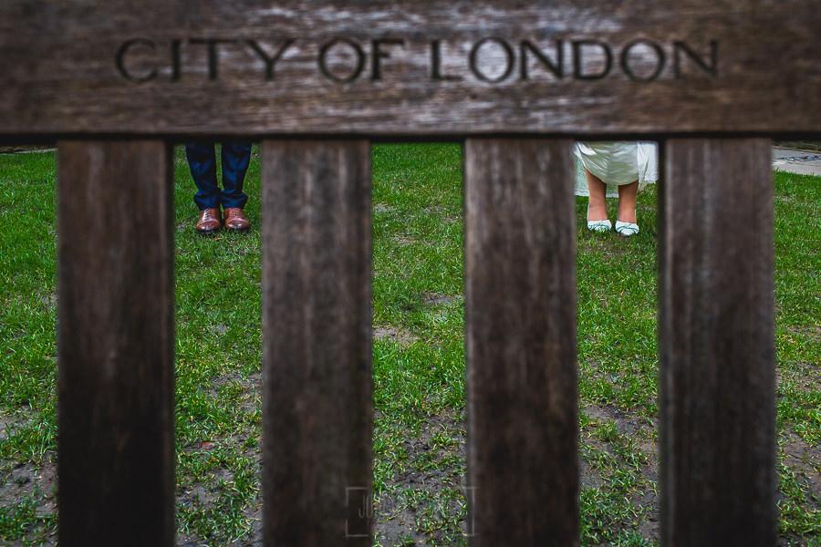 Post boda en Londres de Ani y Hécter realizadas por Johnny García, fotógrafo de bodas en Londres; detalle de los zapatos de boda de los novios.