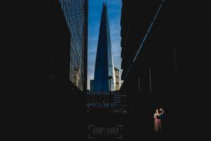 Post boda en Londres de Ani y Hécter realizadas por Johnny García, fotógrafo de bodas en Londres; una foto en una calle de Londres.