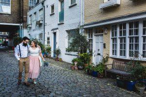 Post boda en Londres de Ani y Hécter realizadas por Johnny García, fotógrafo de bodas en Londres; los novios caminan por una calle de Londres.
