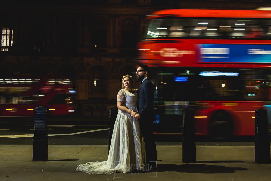 Post boda en Londres de Ani y Hécter realizadas por Johnny García, fotógrafo de bodas en Londres; foto de boda con un bus pasando por detrás de la pareja.