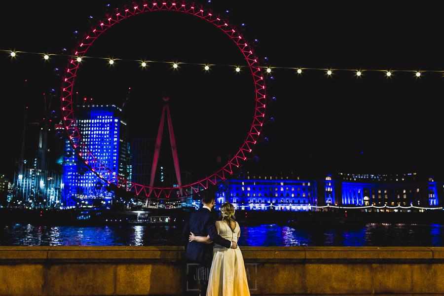 Post boda en Londres de Ani y Hécter realizadas por Johnny García, fotógrafo de bodas en Londres; los novios observan la noria de Londres