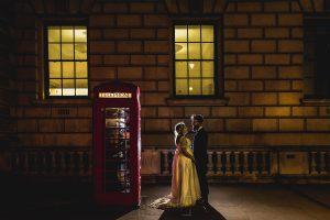 Post boda en Londres de Ani y Hécter realizadas por Johnny García, fotógrafo de bodas en Londres; foto nocturna junto a una cabina londinense.
