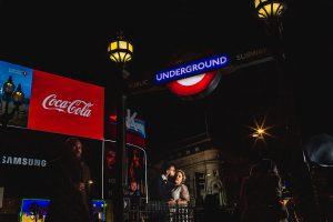 Post boda en Londres de Ani y Hécter realizadas por Johnny García, fotógrafo de bodas en Londres; la pareja se besa en una calle de Londre.