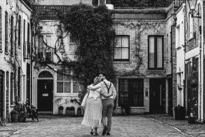 Post boda en Londres de Ani y Hécter realizadas por Johnny García, fotógrafo de bodas en Londres; imagen de la pareja por detrás mientras se abrazan.