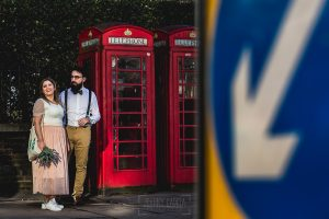 Post boda en Londres de Ani y Hécter realizadas por Johnny García, fotógrafo de bodas en Londres; una foto típica delante de unas cabinas rojas.
