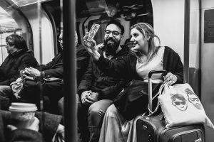 Post boda en Londres de Ani y Hécter realizadas por Johnny García, fotógrafo de bodas en Londres; La pareja se hace una foto en el metro de Londres.
