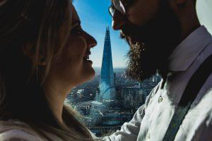 Post boda en Londres de Ani y Hécter realizadas por Johnny García, fotógrafo de bodas en Londres; La pareja en primer plano, al fondo el edificio donde Hécter pidió matrimonio.