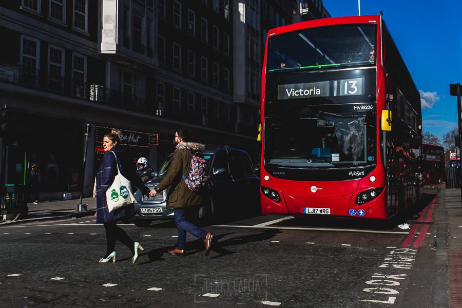 Pre boda en Londres de Ani y Hécter, realizada por el fotógrafo de bodas en Londres Johnny García, Cruzando un paso de peatón por Camden Town.