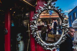 Pre boda en Londres de Ani y Hécter, realizada por el fotógrafo de bodas en Londres Johnny García, los novios reflejados en un espejo de una tienda