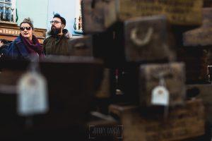 Pre boda en Londres de Ani y Hécter, realizada por el fotógrafo de bodas en Londres Johnny García, los novios paseando por un mercado de Londres