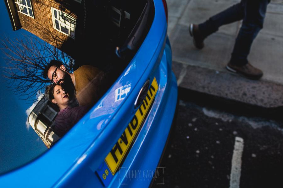 Pre boda en Londres de Ani y Hécter, realizada por el fotógrafo de bodas en Londres Johnny García, Ani y Hécter reflejados en la ventanilla de un coche inglés.