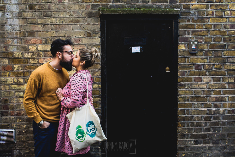 Pre boda en Londres de Ani y Hécter, realizada por el fotógrafo de bodas en Londres Johnny García, los novios en la puerta de su casa en Londres