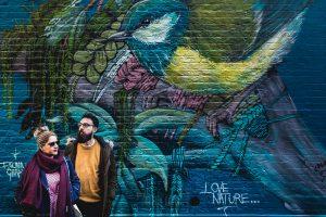 Pre boda en Londres de Ani y Hécter, realizada por el fotógrafo de bodas en Londres Johnny García, Junto a un graffiti.