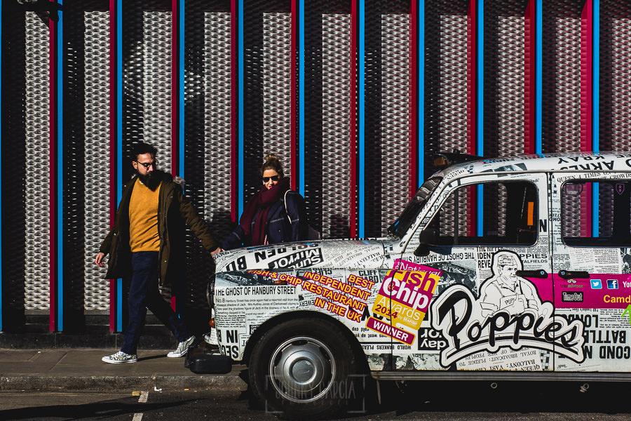 Pre boda en Londres de Ani y Hécter, realizada por el fotógrafo de bodas en Londres Johnny García, delante de un coche lleno de colores.