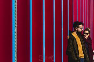 Pre boda en Londres de Ani y Hécter, realizada por el fotógrafo de bodas en Londres Johnny García, un retrato de la pareja junto a una fachada llena de colores.