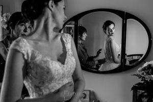 Boda en el Castillo de las Seguras de Cáceres de Marta y Charley realizada por Johnny García, fotógrafo de bodas en Cáceres. Marta se mira en el espejo.
