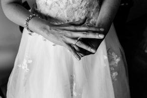 Boda en el Castillo de las Seguras de Cáceres de Marta y Charley realizada por Johnny García, fotógrafo de bodas en Cáceres. Detalle de las manos de Marta cuando se pone el anillo de compromiso.