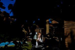 Boda en el Castillo de las Seguras de Cáceres de Marta y Charley realizada por Johnny García, fotógrafo de bodas en Cáceres. Marta en el Jardín.
