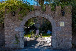 Boda en el Castillo de las Seguras de Cáceres de Marta y Charley realizada por Johnny García, fotógrafo de bodas en Cáceres. Puerta del castillo.