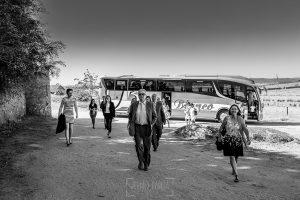 Boda en el Castillo de las Seguras de Cáceres de Marta y Charley realizada por Johnny García, fotógrafo de bodas en Cáceres. Los invitados empiezan a llegar.