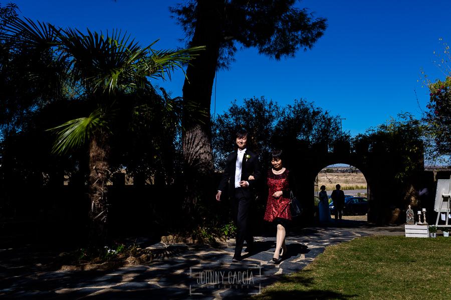 Boda en el Castillo de las Seguras de Cáceres de Marta y Charley realizada por Johnny García, fotógrafo de bodas en Cáceres. Charley llega a la ceremonia.