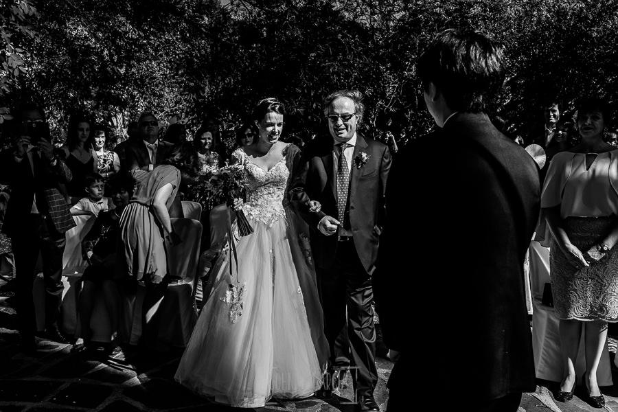 Boda en el Castillo de las Seguras de Cáceres de Marta y Charley realizada por Johnny García, fotógrafo de bodas en Cáceres. Marta llega a la ceremonia.