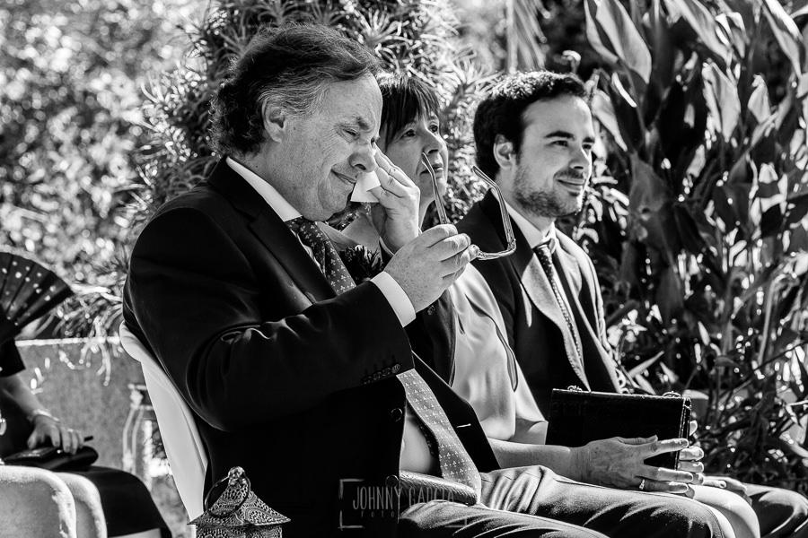 Boda en el Castillo de las Seguras de Cáceres de Marta y Charley realizada por Johnny García, fotógrafo de bodas en Cáceres. Los padres de Marta emocionados.