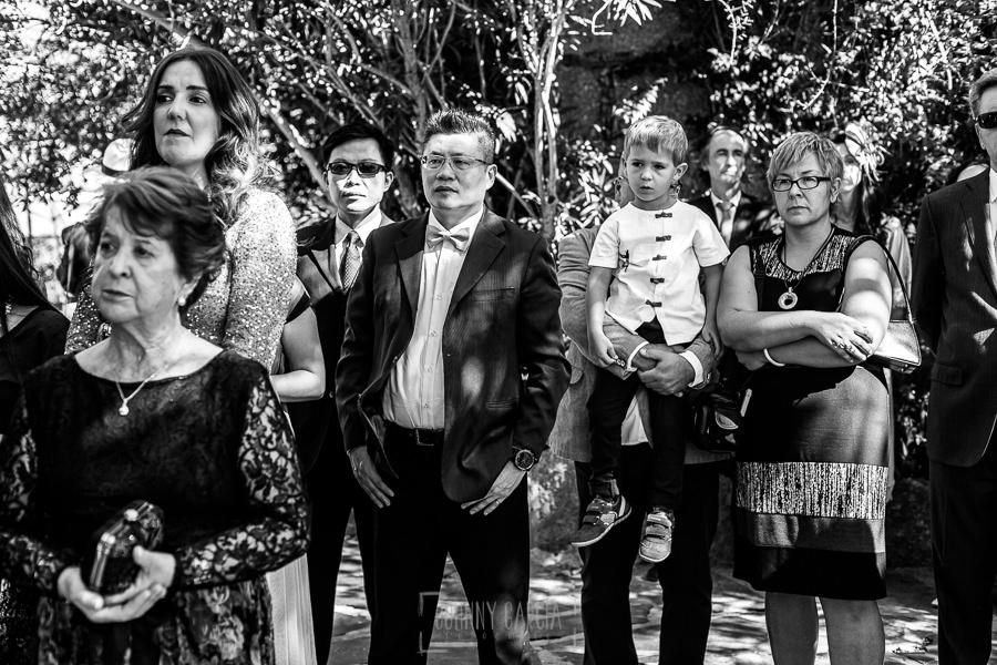 Boda en el Castillo de las Seguras de Cáceres de Marta y Charley realizada por Johnny García, fotógrafo de bodas en Cáceres. Invitados en la boda.