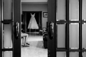 Boda en el Castillo de las Seguras de Cáceres de Marta y Charley realizada por Johnny García, fotógrafo de bodas en Cáceres. El vestido de MArta.