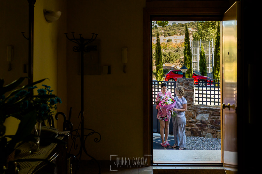 Boda en el Castillo de las Seguras de Cáceres de Marta y Charley realizada por Johnny García, fotógrafo de bodas en Cáceres. Llega el ramo de Marta.