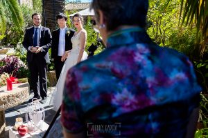 Boda en el Castillo de las Seguras de Cáceres de Marta y Charley realizada por Johnny García, fotógrafo de bodas en Cáceres. Los novios escuchan.