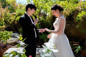Boda en el Castillo de las Seguras de Cáceres de Marta y Charley realizada por Johnny García, fotógrafo de bodas en Cáceres. Charley pone el anillo a MArta.