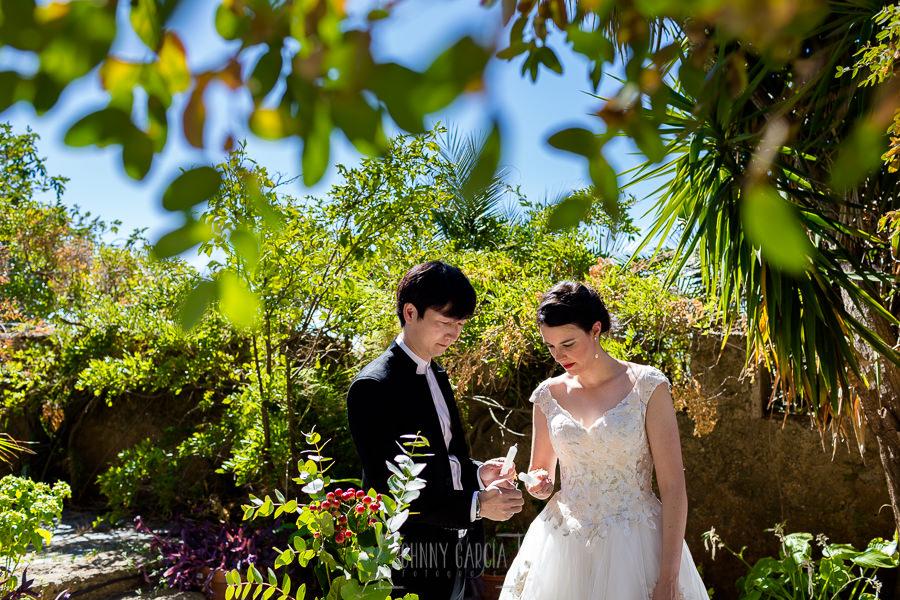 Boda en el Castillo de las Seguras de Cáceres de Marta y Charley realizada por Johnny García, fotógrafo de bodas en Cáceres. Momento anillos.