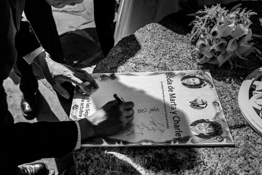 Boda en el Castillo de las Seguras de Cáceres de Marta y Charley realizada por Johnny García, fotógrafo de bodas en Cáceres. Firma de los testigos.