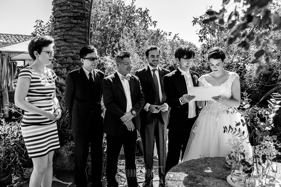Boda en el Castillo de las Seguras de Cáceres de Marta y Charley realizada por Johnny García, fotógrafo de bodas en Cáceres. Testigos de la boda.