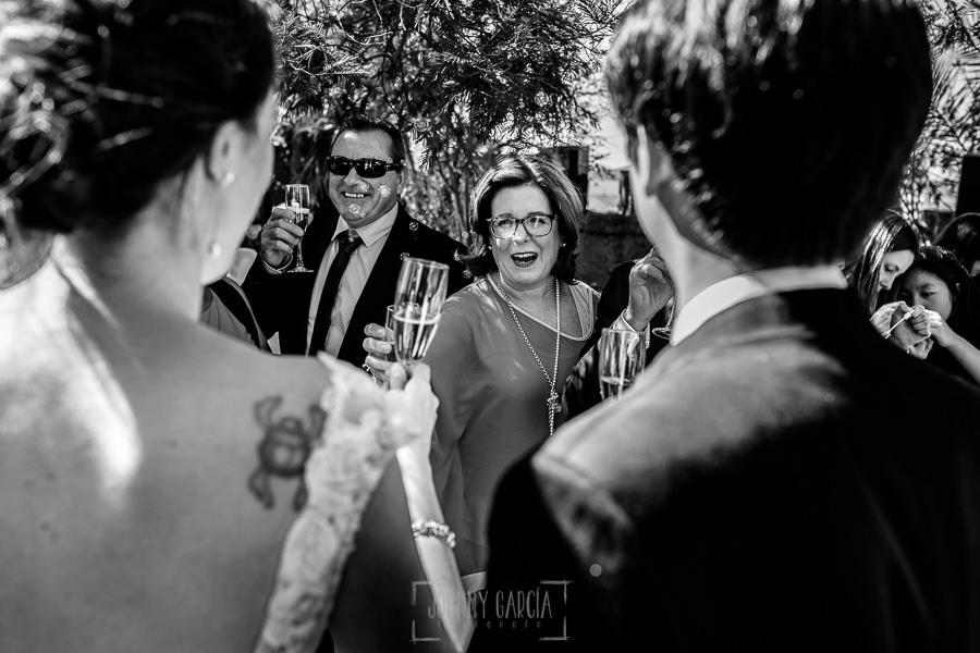 Boda en el Castillo de las Seguras de Cáceres de Marta y Charley realizada por Johnny García, fotógrafo de bodas en Cáceres. Invitados felicitan a los novios.