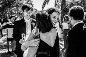 Boda en el Castillo de las Seguras de Cáceres de Marta y Charley realizada por Johnny García, fotógrafo de bodas en Cáceres. Marta abraza a familiares.