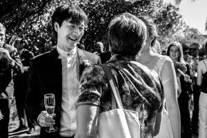 Boda en el Castillo de las Seguras de Cáceres de Marta y Charley realizada por Johnny García, fotógrafo de bodas en Cáceres. El novio habla con invitados.