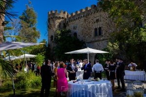 Boda en el Castillo de las Seguras de Cáceres de Marta y Charley realizada por Johnny García, fotógrafo de bodas en Cáceres. Vista general del aperitivo.