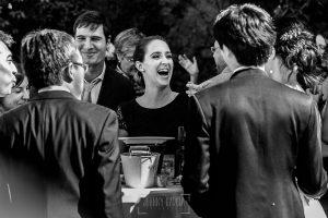 Boda en el Castillo de las Seguras de Cáceres de Marta y Charley realizada por Johnny García, fotógrafo de bodas en Cáceres. Invitada sonrie.