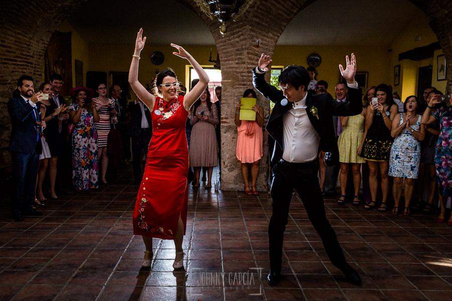 Boda en el Castillo de las Seguras de Cáceres de Marta y Charley realizada por Johnny García, fotógrafo de bodas en Cáceres. Marta y Charley comienzan el baile.