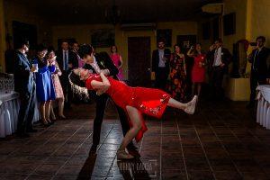 Boda en el Castillo de las Seguras de Cáceres de Marta y Charley realizada por Johnny García, fotógrafo de bodas en Cáceres. Charley y Marta en el baile.
